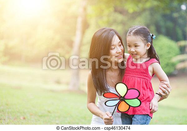 éolienne, fille, park., vert, asiatique, jeu mère - csp46130474