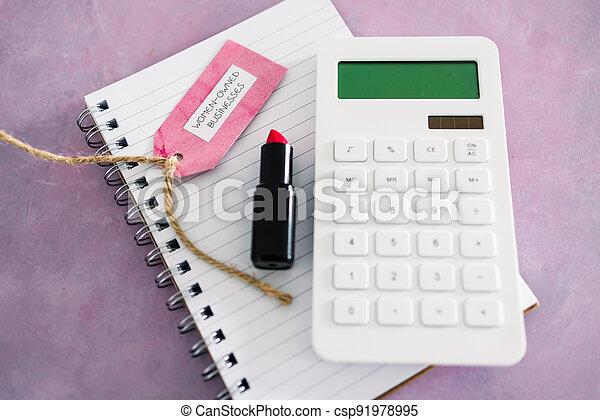 étiquette, women-owned, business, calculatrice, égalité, bureau, rose, rouge lèvres, soutenir, bloc-notes - csp91978995