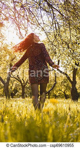 beau, jouir de, femme, sain, outdoor., parc, jeune, nature., fille souriant - csp69610955