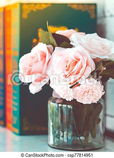beau, rose, blanc, trois, image, blured, table, roses, livres, arrière-plan., vase, verre, artificiel - csp77814951