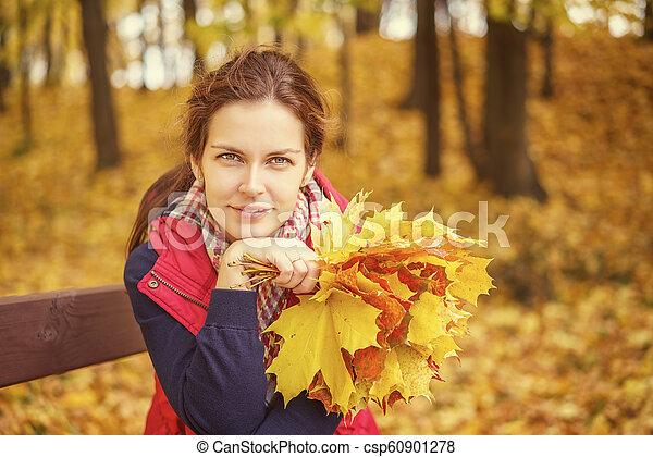 belle femme, parc, jeune, automne, portrait - csp60901278