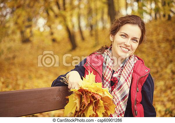 belle femme, parc, jeune, automne, portrait - csp60901286