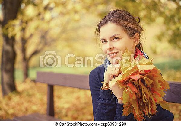 belle femme, parc, jeune, automne, portrait - csp60901290