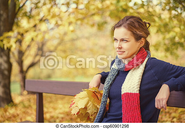belle femme, parc, jeune, automne, portrait - csp60901298
