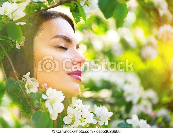 belle femme, pomme, nature, printemps, arbre, jeune, fleurir, sourire, apprécier - csp53626688