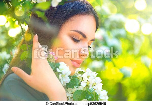 belle femme, pomme, nature, printemps, arbre, jeune, fleurir, apprécier - csp53626546