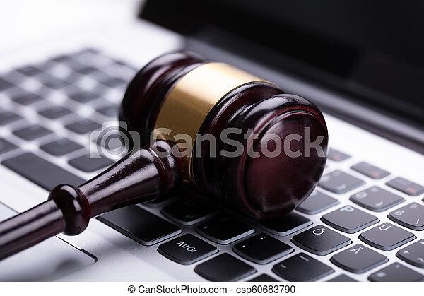 bois, ordinateur portable, marteau - csp60683790