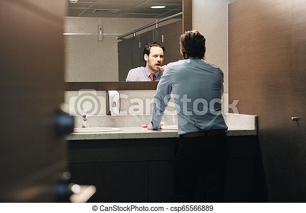 brossage, salle bains, bureau, business, après, coupure, déjeuner, dents, homme - csp65566889