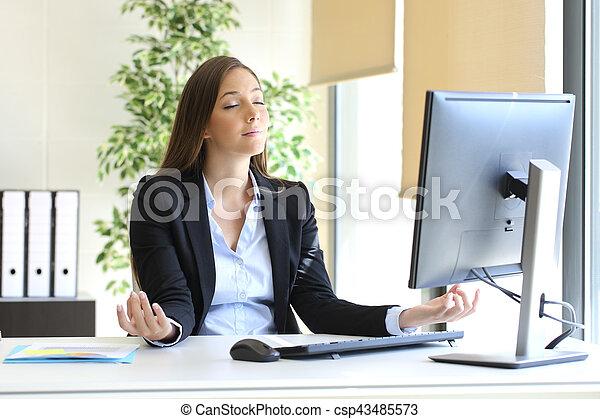 bureau, femme affaires, yoga, délassant - csp43485573