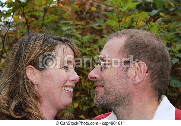 couple, autre, fixer, chaque - csp4901611
