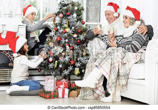 décorer, famille, heureux, santa, arbre, chapeaux - csp85850554