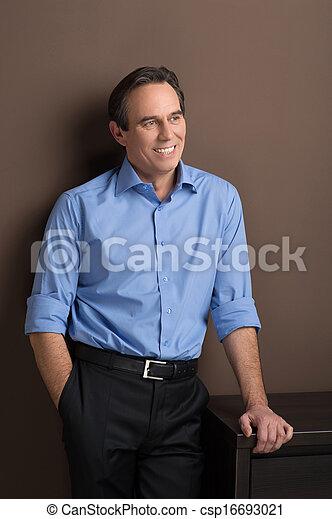 debout, gai, sien, loin, cadre, main, poche, confiant, mûrir, homme affaires, regarder - csp16693021