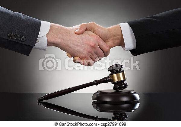 devant, homme affaires, mains secouer, maillet - csp27991899