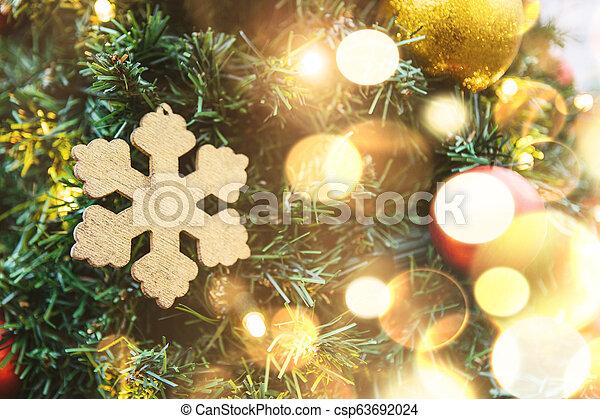 doré, balles, arbre, flocon de neige, guirlandes, noël, rouges - csp63692024