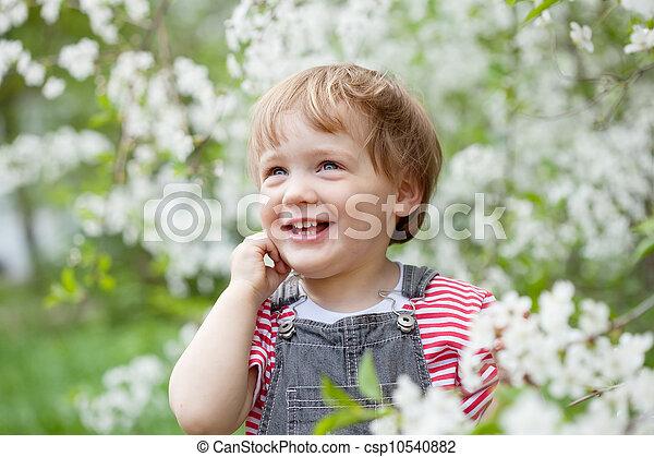 enfantqui commence à marcher, printemps, heureux - csp10540882