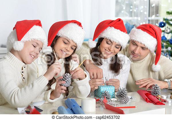 famille, chapeaux, préparer, santa, noël, heureux - csp62453702