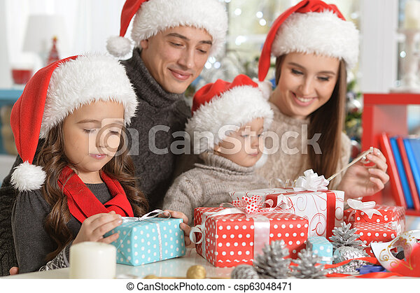 famille, chapeaux, préparer, santa, noël, heureux - csp63048471