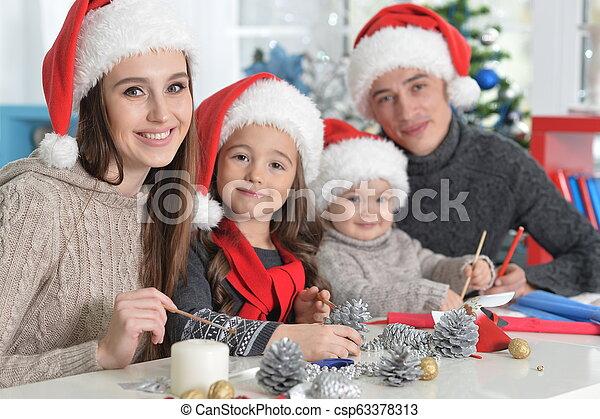 famille, chapeaux, préparer, santa, noël, heureux - csp63378313