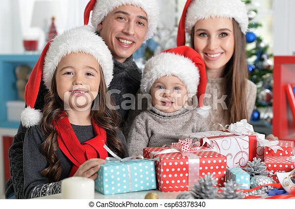 famille, chapeaux, préparer, santa, noël, heureux - csp63378340