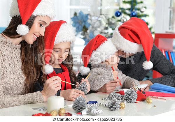 famille, chapeaux, préparer, santa, portrait, noël - csp62023735