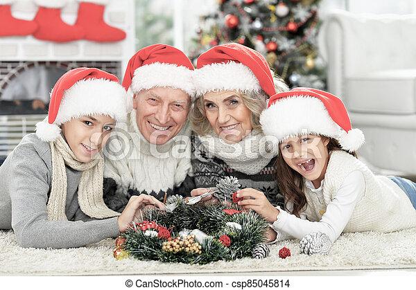 famille heureuse, chapeaux, santa, plancher - csp85045814