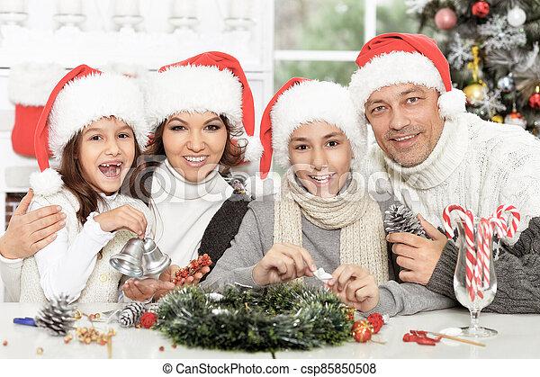 famille, heureux, préparer, santa, noël chapeaux - csp85850508
