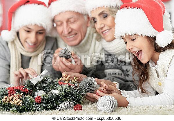 famille, heureux, santa, plancher, chapeaux - csp85850536