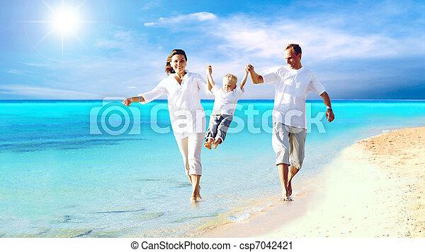 famille, jeune, amusement, heureux, plage, avoir, vue - csp7042421