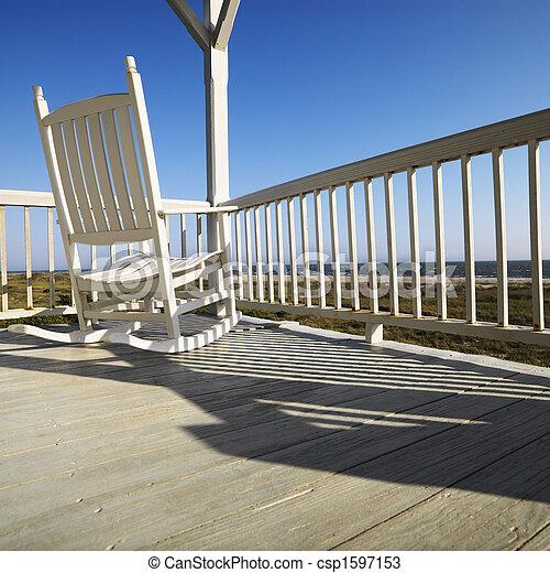 fauteuil bascule, porch. - csp1597153