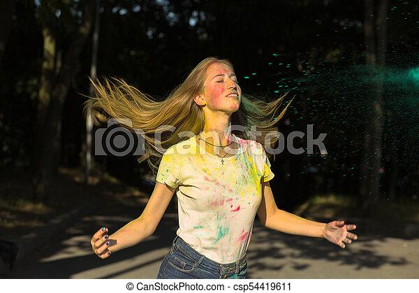 femme, elle, festival, lancer, haut, jeune, cheveux, holi, frais - csp54419611