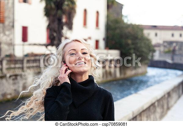 femme, elle, lancer, jeune, longs cheveux, blonds, heureux - csp70859081