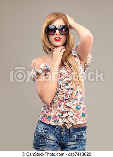femme, short, lunettes soleil, mode, poser, portrait, sexy - csp7413622
