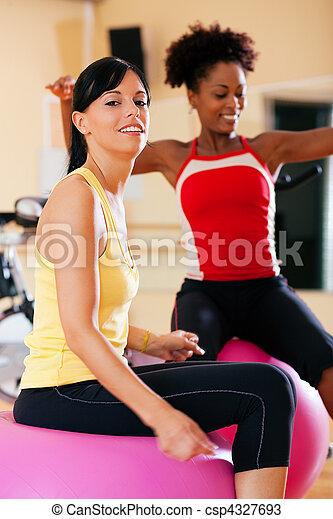 femmes, gymnase, balle, deux, fitness - csp4327693