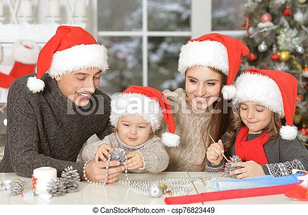 fin, santa, chapeaux, portrait famille, haut - csp76823449