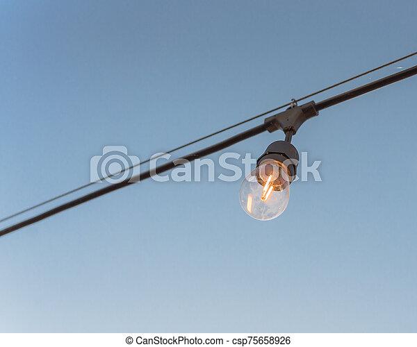 fond, clair, décoration, arrière-cour, bleu, ampoule, câble, éclairé, unique, ciel - csp75658926