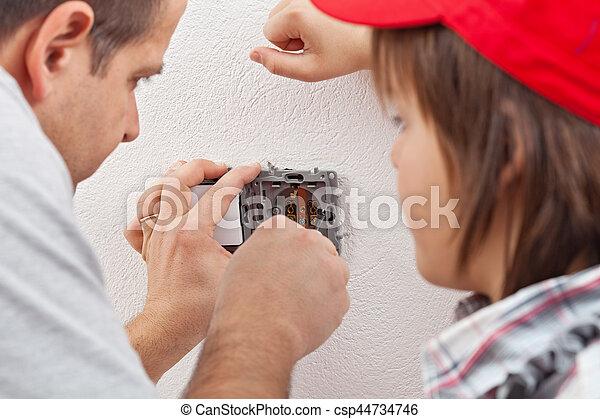 garçon, sien, douille, installs, père, jeune, montres, mur, électrique - csp44734746