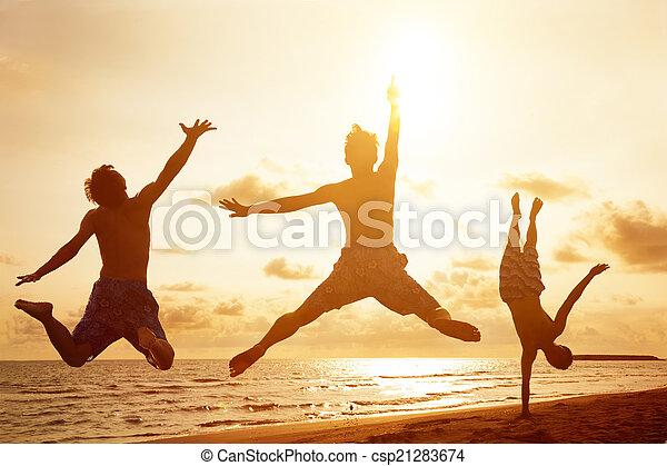 gens, jeune, sauter, coucher soleil, fond, plage - csp21283674