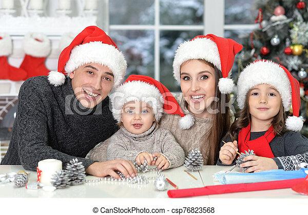 grand plan, noël, portrait famille, préparer - csp76823568