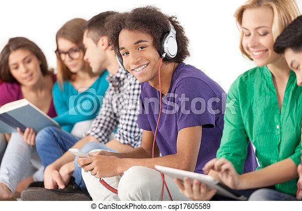 groupe, carefree., isolé, ensemble, jeune, dépenser, quoique, étudiants, multi-ethnique, temps, blanc - csp17605589
