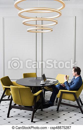 homme affaires, message, smartphone, sérieux, dactylographie - csp48875287