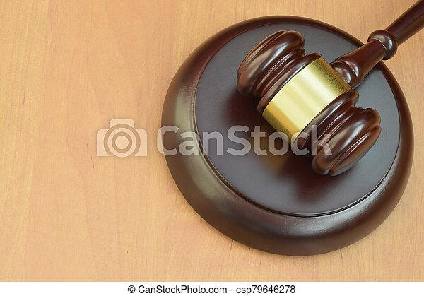 judiciaire, concept, bois, trial., justice, maillet, droit & loi, salle audience, marteau, text., espace, juge, bureau, vide, pendant - csp79646278