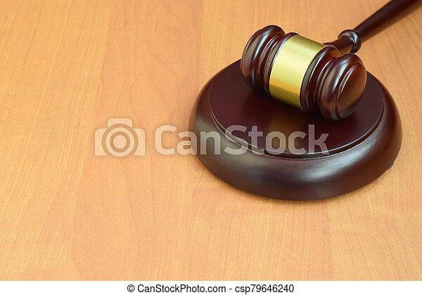 judiciaire, concept, bois, trial., justice, maillet, droit & loi, salle audience, marteau, text., espace, juge, bureau, vide, pendant - csp79646240