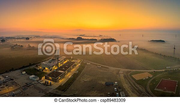 levers de soleil, tôt, champ, aérien, brouillard, sur, sunrise., suivant, secteur, clair, posé couches, matin, factory., lac, vue, brumeux, industriel - csp89483309
