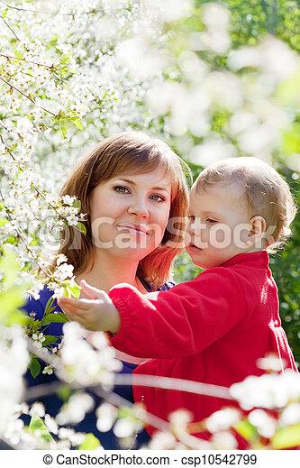 mère, enfantqui commence à marcher, heureux - csp10542799