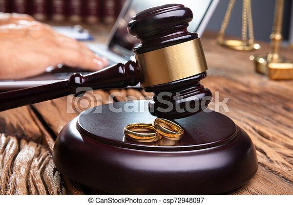 maillet, bureau bois, anneaux, salle audience, mariage - csp72948097