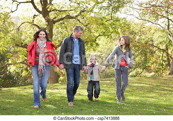 marche, famille, parc, jeune, par, dehors - csp7413888