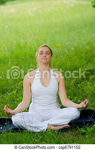 mignon, extérieur, nature, parc, médite, -, jeune, champ, vert, méditation, herbe, girl - csp6791152