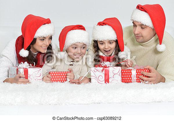 mignon, famille, chapeaux, dons, santa, portrait, heureux - csp63089212
