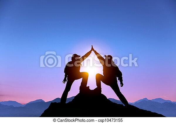 montagne, geste, homme, deux, debout, sommet, reussite, silhouette - csp10473155