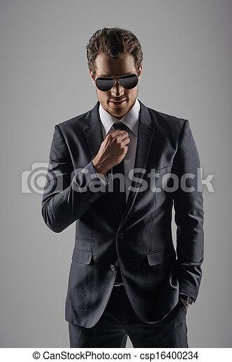 parfait, sien, lunettes soleil, suit., isolé, gris, jeune regarder, confiant, quoique, appareil photo, hommes affaires, nouveau - csp16400234